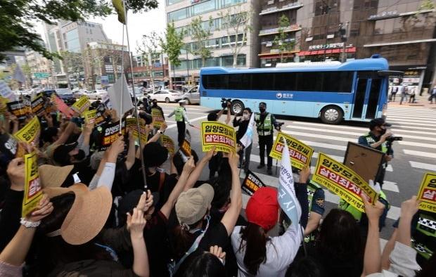 호송차 향한 시민들의 분노 (사진=연합뉴스)