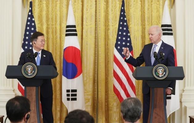문재인 대통령과 조 바이든 미국 대통령이 21일(현지시간) 미국 워싱턴 DC 백악관에서 정상회담 후 공동기자회견을 진행하고 있다. 사진=연합뉴스