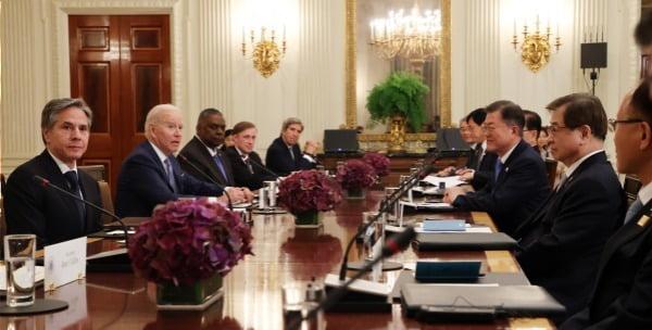 문재인 대통령이 21일(현지시간) 백악관 국빈만찬장에서 조 바이든 미국 대통령과 확대회담을 하고 있다. 사진=연합뉴스