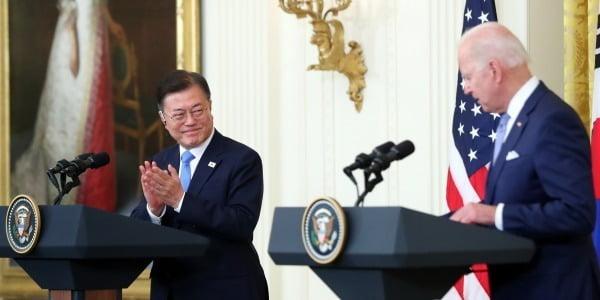 문재인 대통령과 조 바이든 미국 대통령이 21일(현지시간) 백악관에서 정상회담 후 공동기자회견을 하고 있다.   사진=연합뉴스