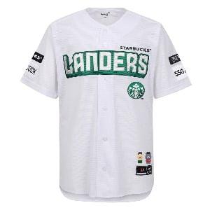 SSG 랜더스와 스타벅스의 콜라보 유니폼 '랜더스벅'은 지난 21일 온라인 판매 3분 만에 완판됐다. / 사진=연합뉴스