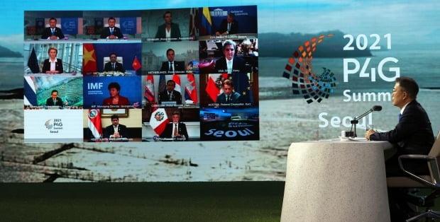 문재인 대통령이 31일 오후 서울 동대문디자인플라자에서 열린 'P4G 서울 녹색미래 정상회의'에서 정상토론세션을 주재하고 있다. /사진=연합뉴스