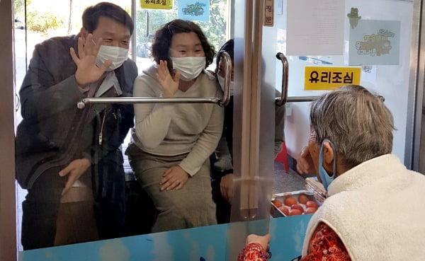 경북 성주군 선남 복지마을 요양원에 입소한 어머니를 입소자 가족들이 비접촉으로 면회하고 있다. 사진=뉴스1