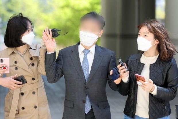 취재진 뿌리치는 윤규근 전 총경. 사진=뉴스1