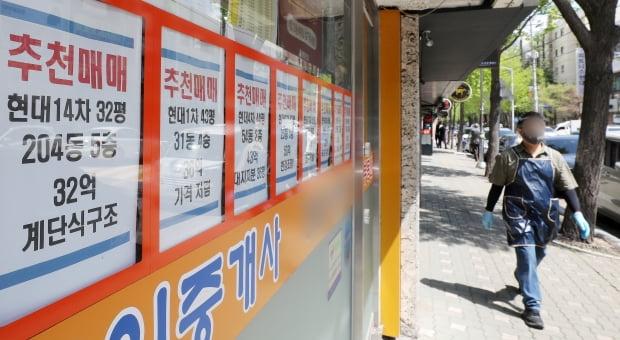 서울 강남구 압구정동 현대아파트 인근 부동산 중개업소의 모습. /뉴스1
