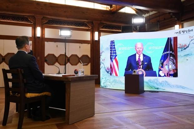 문재인 대통령이 지난 4월22일 청와대 상춘재에서 화상으로 열린 기후정상회의에 참석해 조 바이든 미국 대통령의 발언을 듣고 있다. 사진=뉴스1