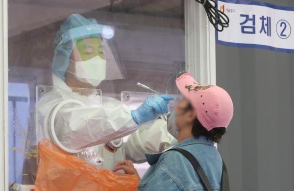 3일 서울 중구 서울역 광장에 마련된 신종 코로나바이러스 감염증(코로나19) 임시선별검사소에서 의료진들이 검체 검사를 하고 있다. /사진=뉴스1