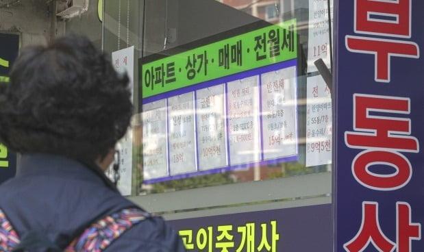 서울 강남구 압구정동 현대아파트 인근 부동산중개업소 모습. /뉴스1