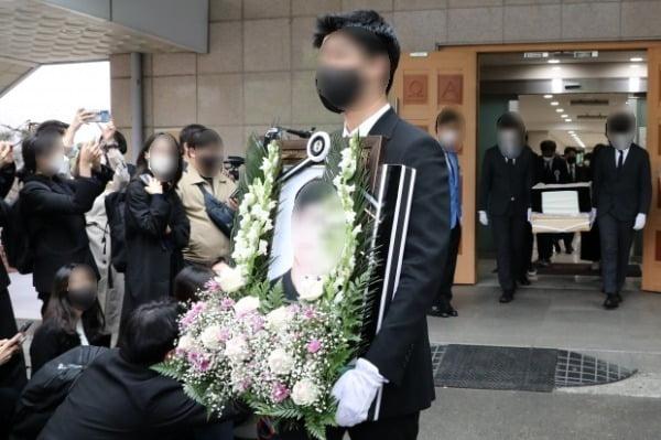 지난 5일 서울 서초구 서울성모병원에서 지난달 25일 새벽 반포 한강 둔치에서 실종된지 6일만에 주검으로 발견된 대학생 고(故) 손모 씨의 발인식이 엄수되고 있다.  /사진=뉴스1