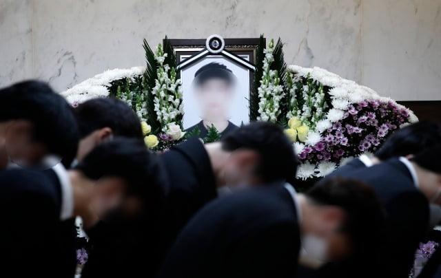 한강 둔치에서 실종된지 6일만에 주검으로 발견된 의대생 손모군의 발인에서 친구들이 마지막 인사를 하고 있다. /사진=뉴스1