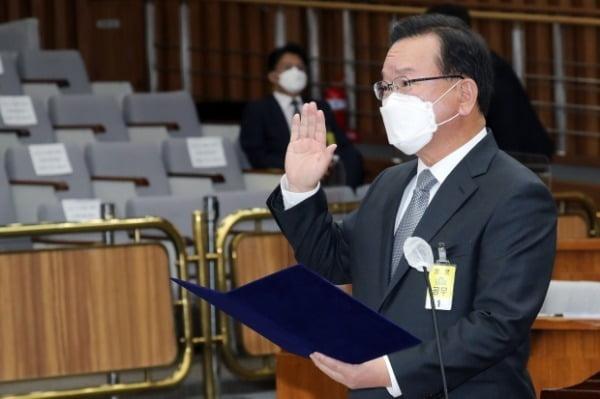 김부겸 국무총리 후보자가 지난 6일 오전 서울 여의도 국회에서 열린 인사청문회에서 선서를 하고 있다. /사진=뉴스1