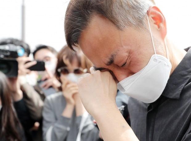 故 손정민 군의 아버지 손현씨가 어버이날인 8일 오후 서울 서초구 반포한강공원 택시승강장 앞에서 차종욱 민간구조사를 만난 후 눈물을 흘리고 있다. [사진=뉴스1]