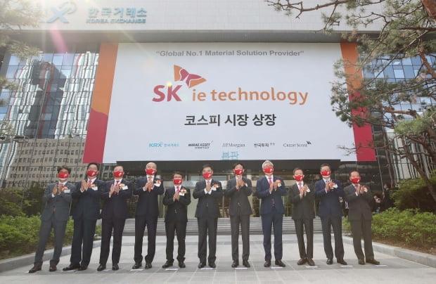 지난 11일 오전 서울 여의도 한국거래소에서 열린 SK아이이테크놀로지(SKIET) 상장기념식에서 참석자들이 기념촬영을 하고 있다.  /사진=뉴스1