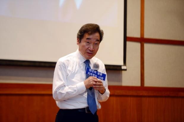 이낙연 더불어민주당 전 대표가 지난13일 오후 광주 동구 조선대학교 경상대학 이주현관에서 '청년, 대학생의 삶을 지켜주는 나라!'를 주제로 강연을 하고 있다. 사진=뉴스1