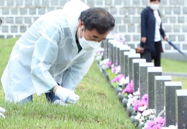 이낙연 더불어민주당 전 대표가 5·18민주화운동 41주년을 앞두고 16일 오전 광주 북구 운정동 국립5·18민주묘지에서 묘비 닦기를 하고 있다. /사진=뉴스1
