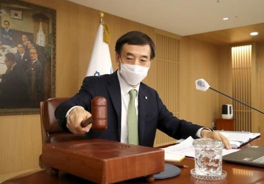 이주열 한국은행 총재가 지난 27일 금융통화위원회 본회의에서 의사봉을 두드리고 있다. 한은 제공