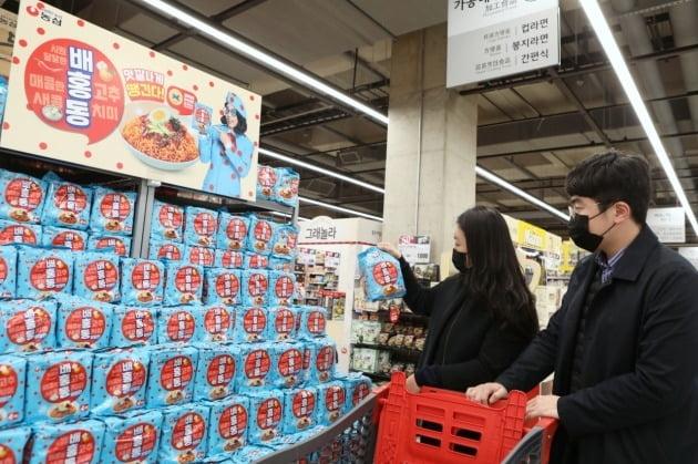 농심은 지난달 11일 출시한 배홍동 비빔면이 4주 만에 700만개가 판매됐다고 8일 밝혔다. 사진=농심
