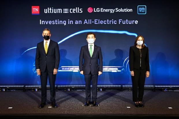 (왼쪽부터) 빌 리 테네시주 주지사, 김종현 LG에너지솔루션 사장, 메리 배라 GM 회장이 4월16일 미국 테네시주 내슈빌에서 열린 합작공장 투자행사에서 기념사진을 찍고 있다. /사진=LG에너지솔루션