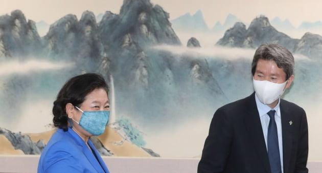 이인영 통일부 장관(오른쪽)과 현정은 현대그룹 회장이 1일 서울 종로구 정부서울청사 접견실에서 만나 인사를 나눈 후 자리로 향하고 있다./뉴스1