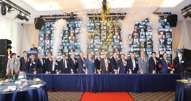 1일 서울 양재동 더케이호텔서울에서 열린 '대한민국ROTC 창설 제60주년 기념식'에서 참석자들이 ROTC 미래 100년을 위한 비전 버튼을 누르고 있다./ 대한민국ROTC중앙회 제공