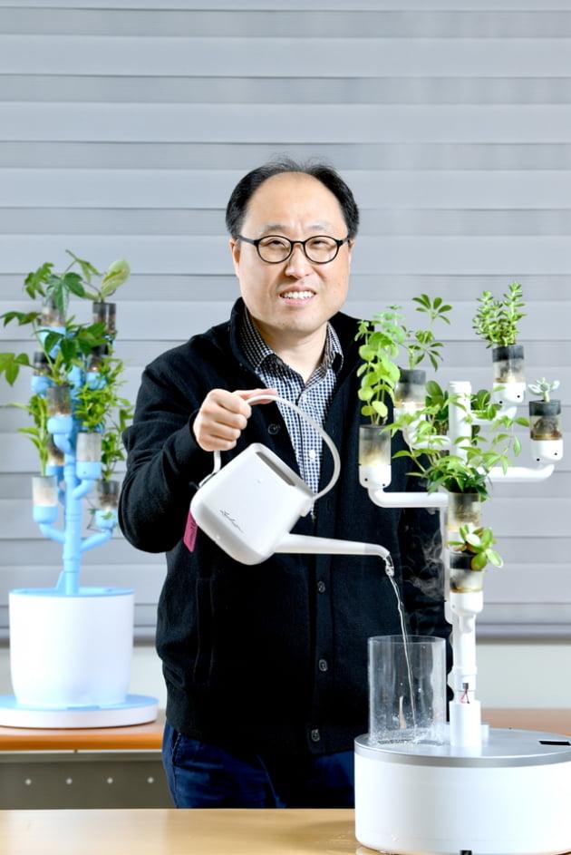 """[2021 한밭대 스타트업 CEO] """"식물 키우기 어렵지 않아요""""…물·햇빛·양분 척척 관리해주는 스마트화분 '미스트가든'"""