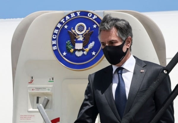 토니 블링컨 미국 국무장관이 1일(현지시간) 코스타리카 수도 산호세 공항에 도착해 전용기에서 내리고 있다./ 연합뉴스