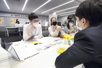 한 기업의 직원들이 AI 과제 발굴을 위한 토론을 하고 있는 모습.