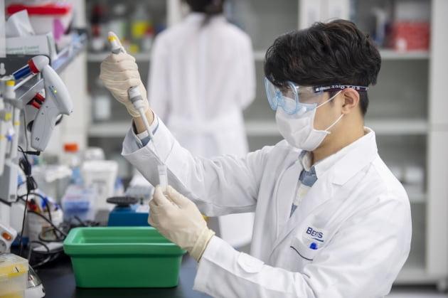 SK텔레콤 자회사 SK플래닛이 바이오기업 베르티스 지분을 대거 인수해 2대주주가 됐다. 베르티스의 연구원이 혈액 내 표적 단백질을 연구하고 있다. SK텔레콤 제공