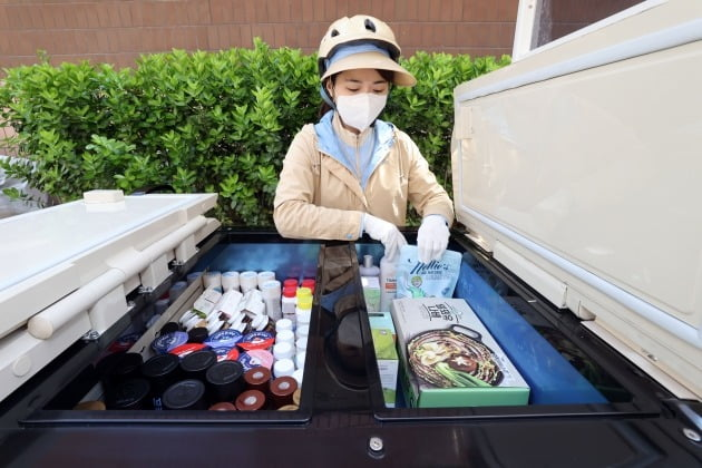 Hy는 1만여 명에 달하는 프레시 매니저를 통해 밀키트 제품을 배송한다.