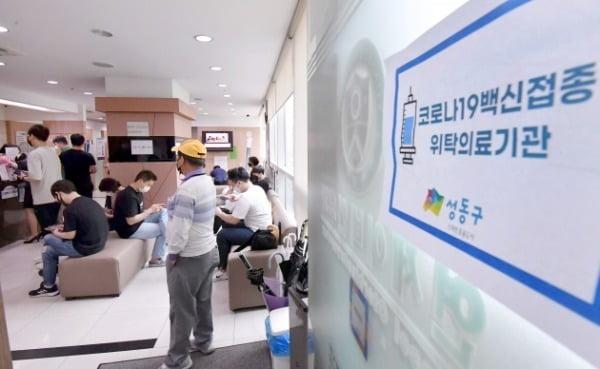 서울 성동구 왕십리의 한 코로나 백신 접종 위탁의료기관에서  얀센 백신 접종을  하고 있다. 얀센 백신 접종 대상자에게는 오랜지색 스티커를 손등에 붙여 구분하고 있다. 사진=김영우 기자