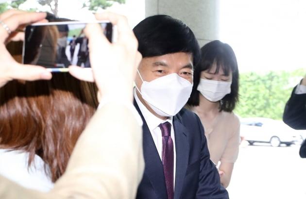 11일 서울 서초구 고검청사로 첫 출근하는 이성윤 신임 서울고검장. 뉴스1