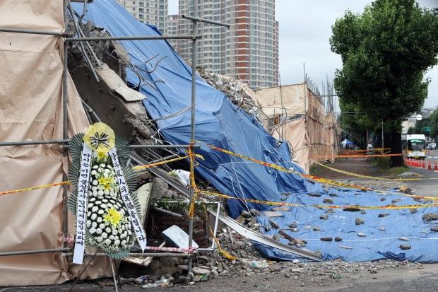 광주 동구 학동 재개발구역의 철거건물 붕괴 사고 사흘째를 맞은 11일 오전 17명의 사상자가 발생한 현장에 시민이 두고 간 추모 화환이 놓여 있다. 사진=연합뉴스