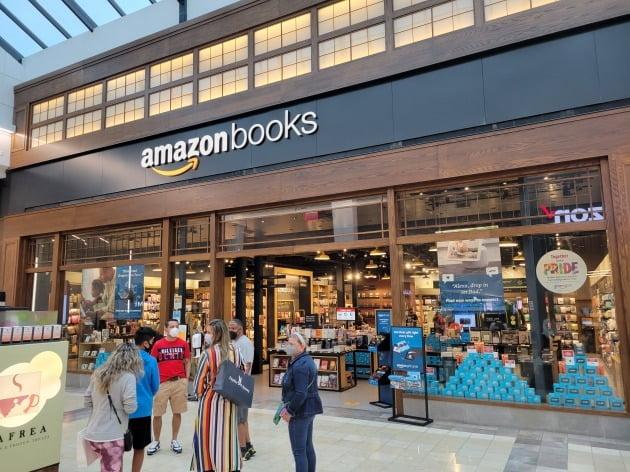12일(현지시간) 미국 뉴저지주 웨스트필드 쇼핑몰 내에 입점한 아마존 북스 매장. 아마존은 내년에 세계 최대 유통업체가 될 것이라고 JP모간이 이날 밝혔다. 뉴욕=조재길 특파원