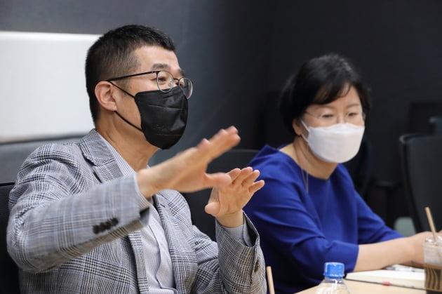 지난 11일 윤용필 KT스튜디오지니 공동대표(왼쪽)와 김철연 KT스튜디오지니 공동대표가 KT스튜디오지니 콘텐츠 전략을 소개하고 있다. KT 제공