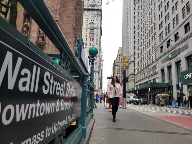 미국 뉴욕증시는 지난주 대체로 상승세를 보였다. 뉴욕 맨해튼의 월스트리트역 인근을 마스크를 쓴 행인이 지나가고 있다.  /뉴욕=조재길 특파원