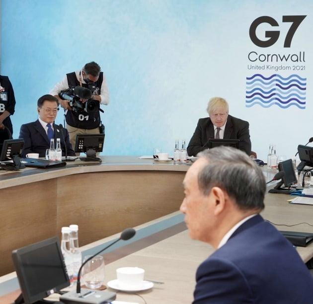 G7 정상회의 참석차 영국을 방문 중인 문재인 대통령이 지난 13일(현지시간) 영국 콘월 카비스베이에서 열린 '기후변화 및 환경' 방안을 다룰 확대회의 3세션에 영국 보리스 존슨 총리, 일본 스가 요시히데 총리와 참석해 있다./ 연합뉴스