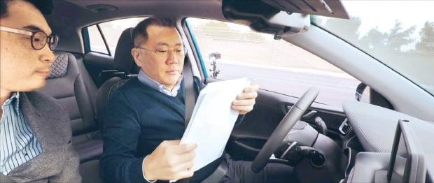 자율주행차 성능 점검하는 정의선 현대자동차그룹 회장. 사진=연합뉴스