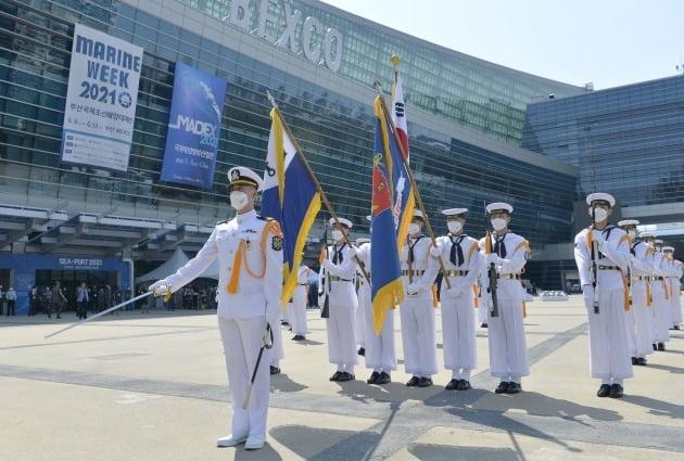 지난 9일 부산 우동 벡스코에서 열린 '국제해양방위산업전(MADEX 2021)' 개막식 식전행사에서 해군 의장대원들이 의장시범을 선보이고 있다./ 해군 제공