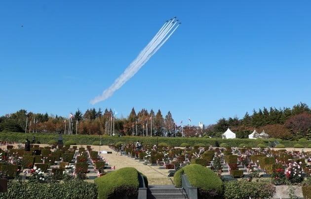 자난해 11월 부산 대연동 유엔기념공원에서 공군 특수비행팀인 블랙이글스가 '턴 투워드 부산, 유엔참전용사 국제 추모식'을 하루 앞두고 추모 비행을 하고 있는 모습./ 뉴스1