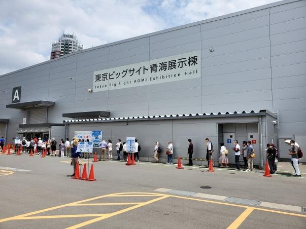 지난 12일 오전 도쿄 오다이바의 대형 전시회장인 도쿄빅사이트 아오미전시관에는 '도쿄캠핑카쇼 2021'의 입장을 기다리는 줄이 300m 넘게 이어졌다. 도쿄=정영효 특파원