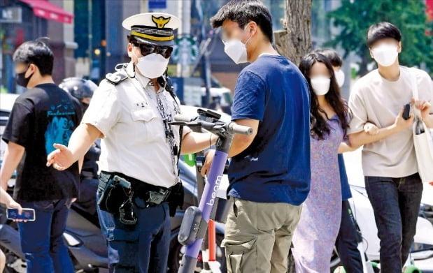 13일 오후 서울 홍대입구 전철역 인근에서 마포경찰서 소속 경찰이 단속하고 있다. 김영우 기자