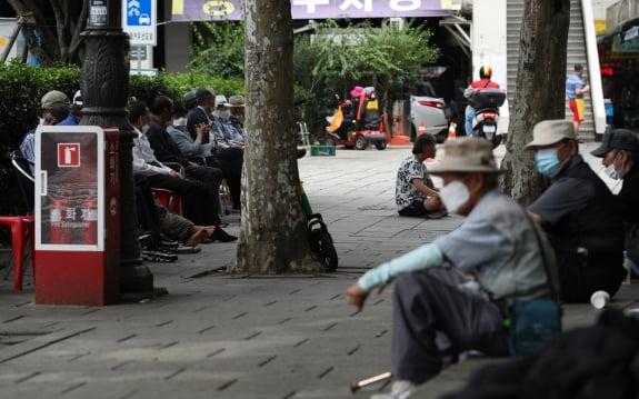 노인학대 예방의 날을 하루 앞둔 14일 오후 서울 종로구 탑골공원에서 어르신들이 휴식을 취하고 있다. 뉴스1