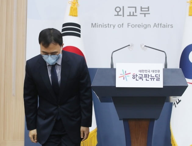 최영삼 외교부 대변인이 15일 오후 서울 도렴동 외교부 청사에서 열린 정례브리핑에 앞서 인사를 하고 있다./ 뉴스1