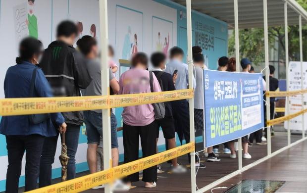15일 서울 성북구 신종 코로나바이러스 감염증(코로나19) 임시 선별진료소에서 시민들이 검사를 대기하고 있다. 사진=연합뉴스