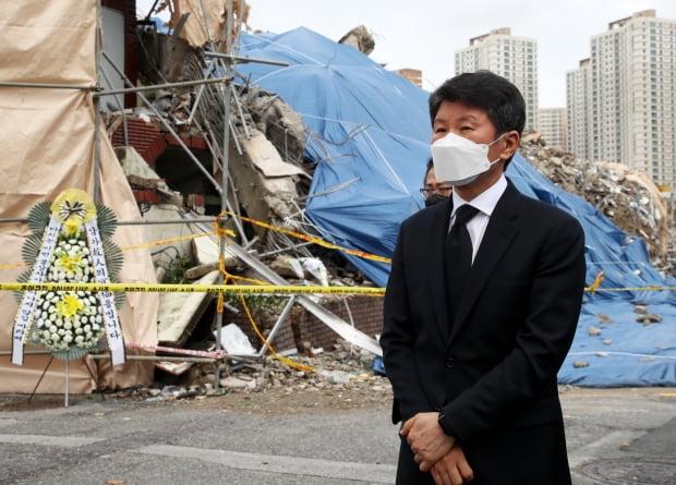 정몽규 HDC그룹 회장이 11일 오전 광주 학동 철거건물 붕괴 사고 현장에서 참배한 뒤 이동하고 있다. 사진=연합뉴스