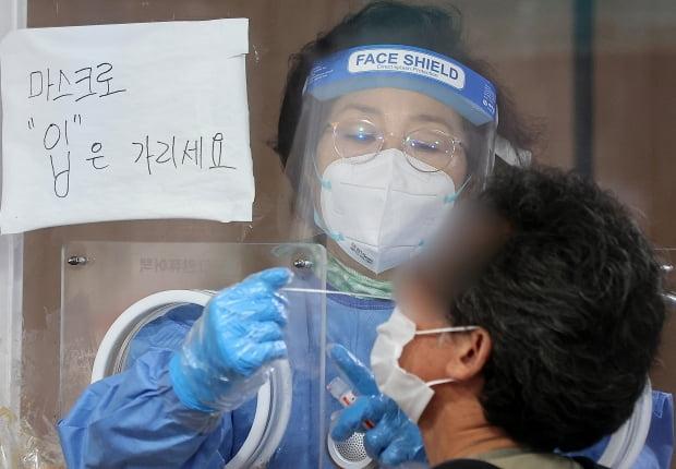 15일 오전 서울 중구 서울역 광장 임시선별검사소에서 의료진이 신종 코로나바이러스 감염증(코로나19) 검체 채취를 하고 있다. 사진=뉴스1