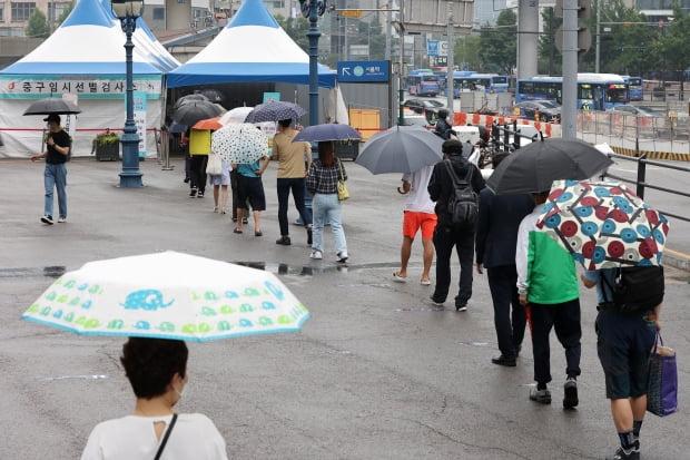 15일 오전 서울 중구 서울역 광장 임시선별검사소에서 시민들이 신종 코로나바이러스 감염증(코로나19) 검사를 받기 위해 대기하고 있다. 사진=뉴스1