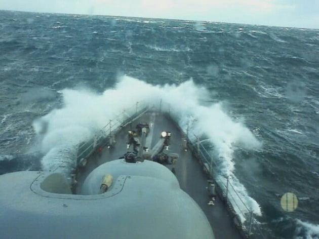 """최원일 전 천안함 함장(예비역 해군 대령)이 지난 4월 자신의 블로그에 """"2010년 3월 25일 파도를 뚫고 항해하는 마지막 장면""""이라며 올린 사진./ 최원일 전 함장 블로그 캡처"""