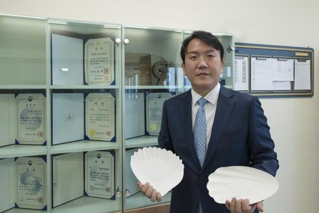 △해조 종이접시를 들고 있는 차완영 마린이노베이션 대표.