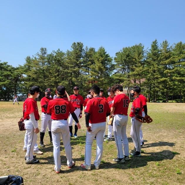 △선수들이 둥글게 모여 플레이 전략을 펼치고 있다. (사진 제공=김현석 씨)